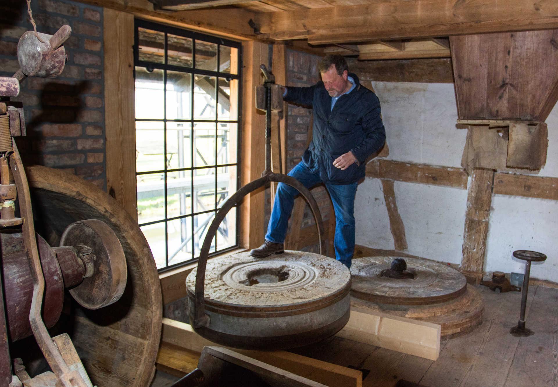 Herr Petzold erklärt die Mühlentechnik, Foto: Peter Becker
