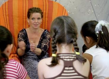"""""""Märchenreise durch Europa"""" - Kerstin Otto erzählt Märchen in der Bibliothek Vetschau"""